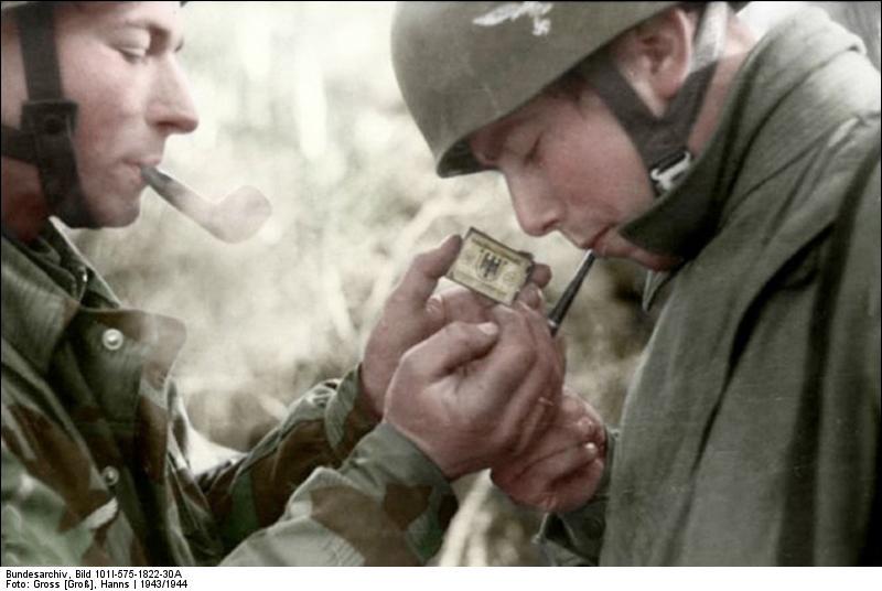 Bundesarchiv_Bild_101I-575-1822-30A,_Italien,_Fallschirmjäger,_rauchend_Recolored