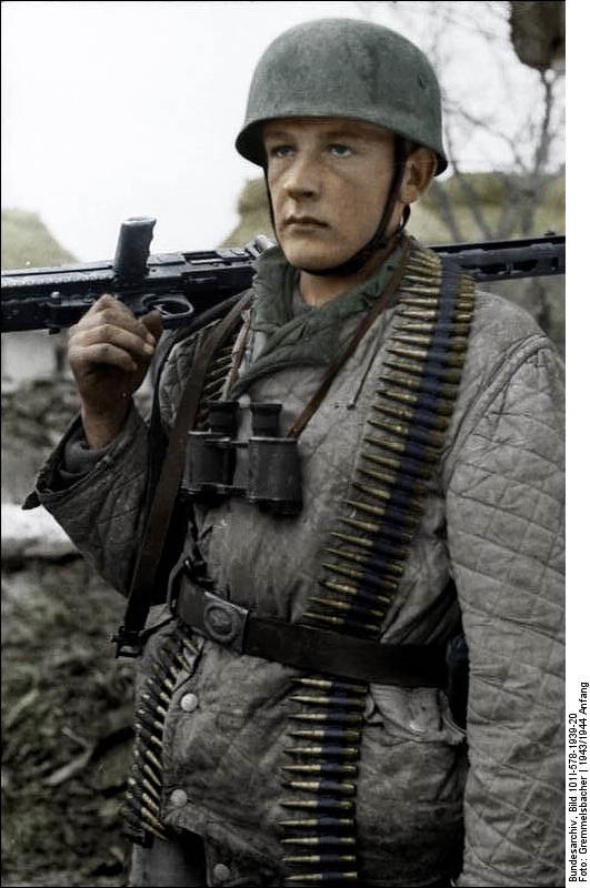 Bundesarchiv_Bild_101I-578-1939-20,_Bei_Monte_Cassino,_Fallschirmjäger_mit_MG_und_Patronen_Recolored